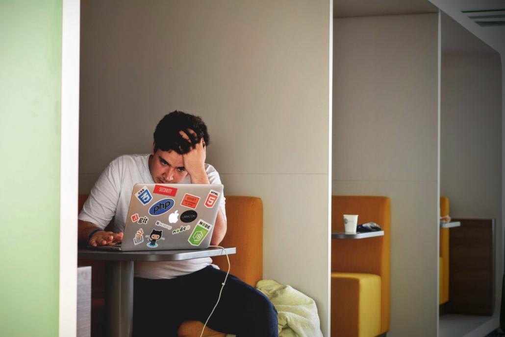 Niemand mag gestelzte Texte und Geschwafel. Schreib klipp und klar! (Bild: Gouw/Unsplash)