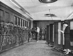 Betty Holberton (rechts) programmierte in Philadelphia vor über fünfzig Jahren den ersten elektronischen Allzweck-Digitalcomputer ENIAC. Ihr und dem britischen Informatiker Alan Turing waren ethische Prinzipien wichtig. Daher wurde der Holberton-Turing-Eid nach ihnen benannt.