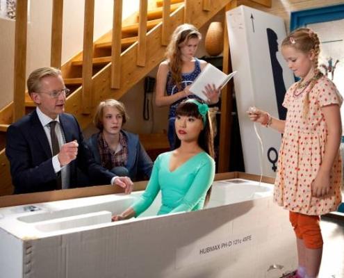 Szene aus der schwedischen Science-Fiction-Serie «Echte Menschen» (2012). Eine Familie öffnet die Verpackung, in der ein menschenähnlicher Roboter erwacht – die neue Hausangestellte der Familie (Bild: Johan Paulin/STV).